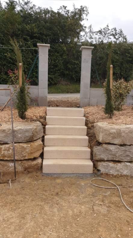 Enrochement avec création d'un escalier en bordures bouchardées