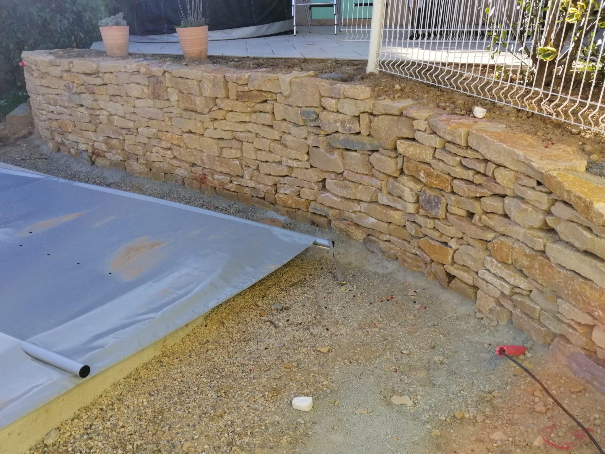 Terrassement pour piscine à coque, création d'un muret en pierre